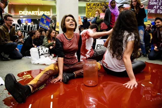 Des manifestants se sont assis dans de la... (Photo LEON NEAL, AFP)