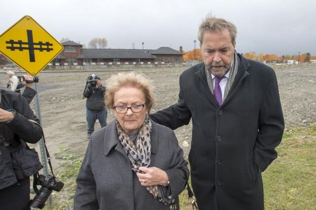 Thomas Mulcair a été accueilli à Lac-Mégantic par... (La Presse Canadienne)