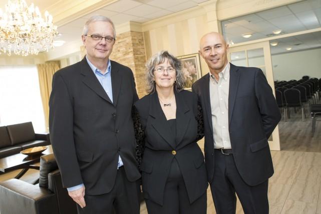 La directrice générale Christiane Dupuis est entourée des... (Photo: Olivier Croteau)