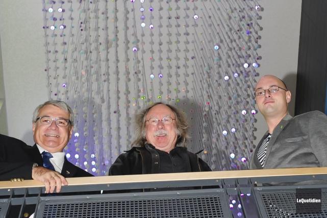 Le maire d'Alma, Marc Asselin, l'artiste sculpteur Michel... (Photo Le Quotidien, Gimmy Desbiens)
