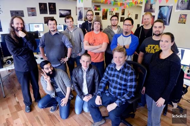 Toute l'équipe du studio québécois de Larian entoure... (Photo Le Soleil, Jean-Marie Villeneuve)