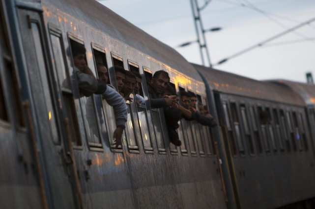Un train de migrants arrive en Hongrie avant... (AP, Gyorgy Varga)