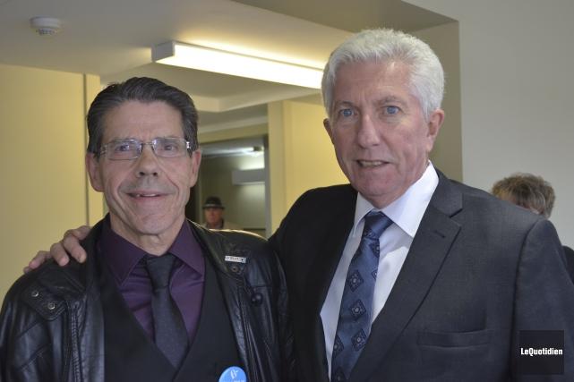 Gilles Duceppe est venu prêter main-forte à Sabin... (Photo Le Quotidien, Louis Potvin)