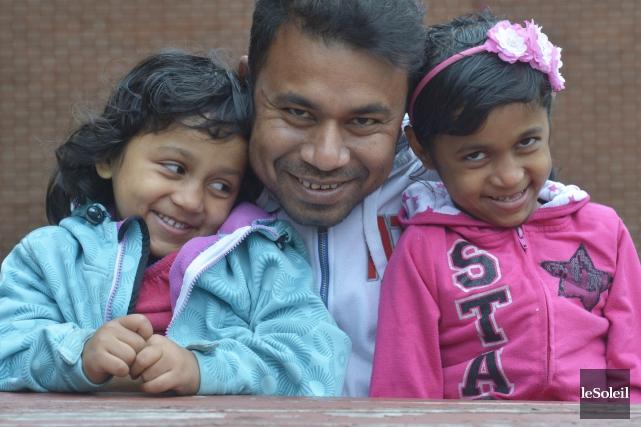 Safiul Alam, 33 ans, avec ses filles Sumaya,... (Le Soleil, Jean-Marie Villeneuve)