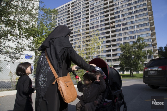 Une femme portant le niqab, dans le quartier... (PHOTO MARTIN TREMBLAY, LA PRESSE)