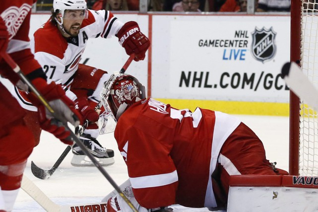 Justin Faulk déjoue Jimmy Howard... (Photo Duane Burleson, AP)