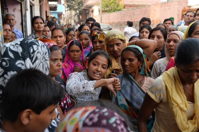 Des gens protestent devant la maison d'une des... (Photo Chandan KHANNA, AFP)