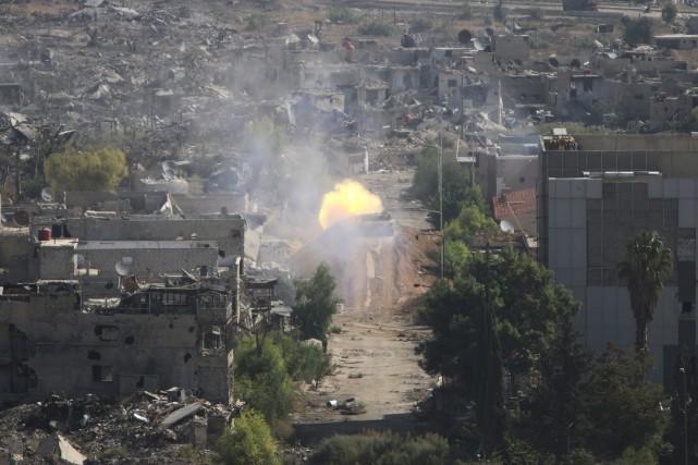 Un char d'assaut syrien effectue un tir avec... (Photo Alexander Kots, AP/Komsomolskaya Pravda)
