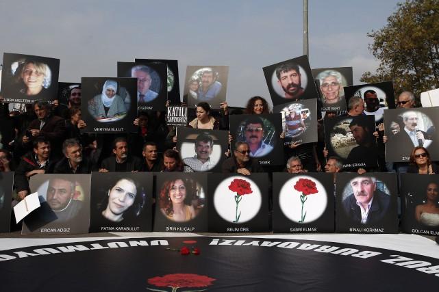 Le poing levé, les manifestants ont rendu hommage... (Photo Emrah Gurel, AP)