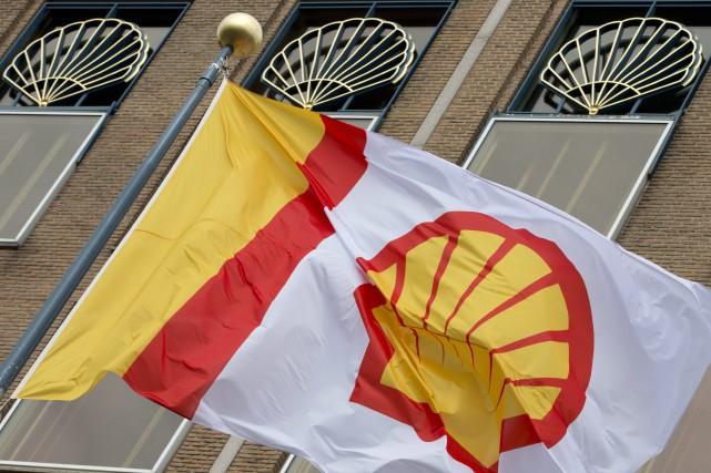 Le géant pétrolier anglo-néerlandais Shell a annoncé jeudi... (PHOTO ARCHIVES AP)