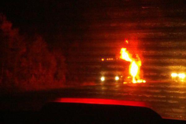 Un incendie s'est déclaré vendredi vers 20h dans un autocar sur l'autoroute 20... (Photo tirée de Twitter, Franken Foodie)