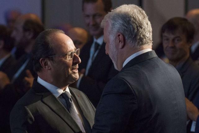 Le président français François Hollande converse avec le... (PHOTO HALLDOR KOLBEINS, AFP)