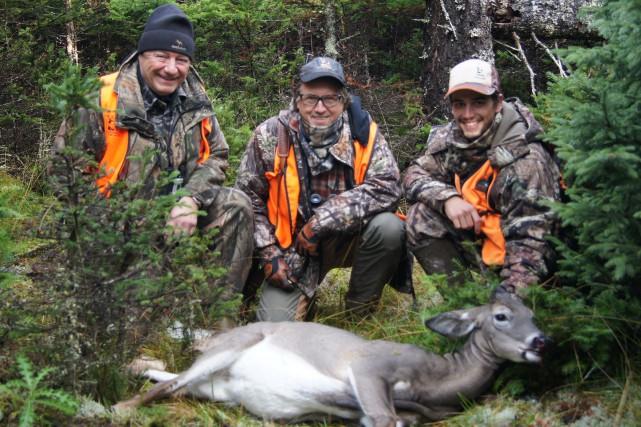 Daniel Leboeuf, Ernie Wells et le guide Tristan... (Photo Le Progrès-Dimanche, Roger Blackburn)