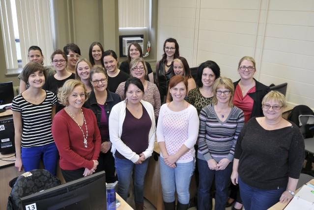 Les 19 étudiantes du cours Organisation d'événements professionnels,... (Photo Le Progrès-Dimanche, Rocket Lavoie)