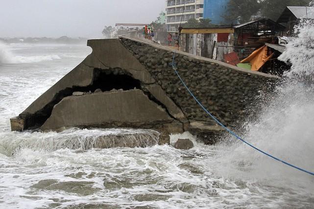 Une digue a brisé sous la puissance des... (Photo TJ Corpuz, Reuters)