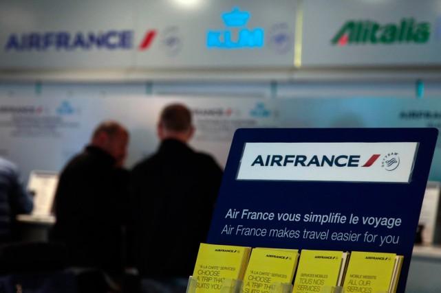 La compagnie Air France supprimera près de 1000 emplois en 2016 dans le cadre... (PHOTO ERIC GAILLARD, REUTERS)