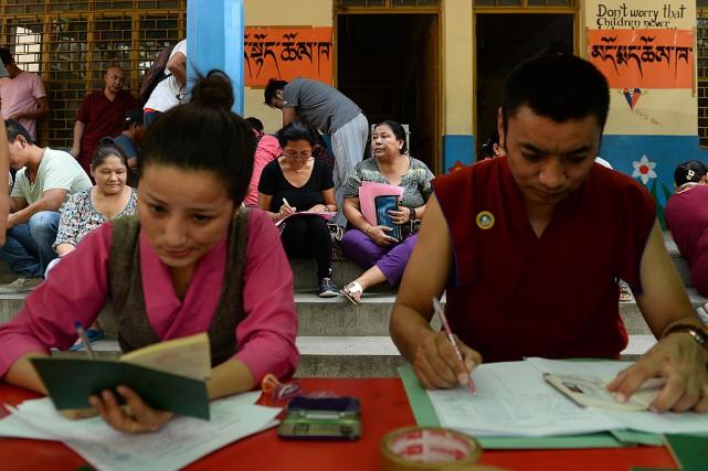 Des moines, des nonnes et des familles patientaient... (PHOTO SAJJAD HUSSAIN, AFP)