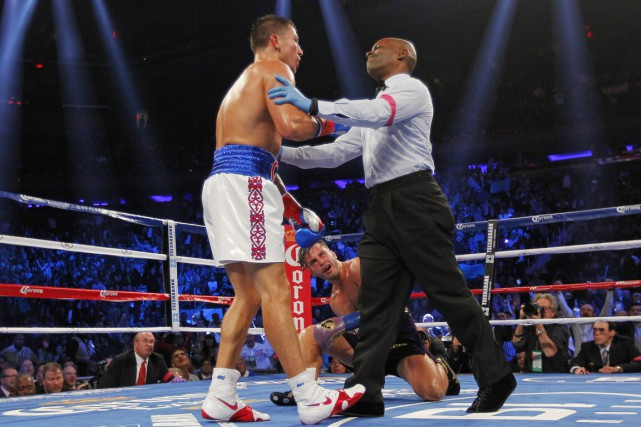 L'arbitre Esteves Willis demande à Gennady Golovkin de reculer... (PHOTO RICH SCHULTZ, AP)