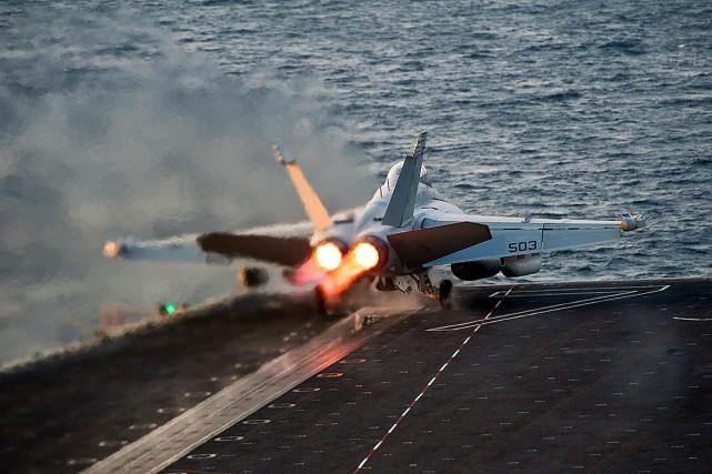 UnBoeing EA-18G Growlers'apprête à décoller d'un porte-avions américain,... (PHOTO ARCHIVES U.S. Navy)