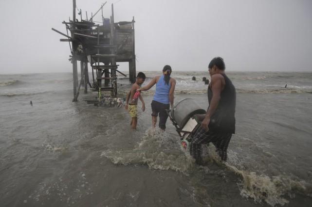 Le typhon Koppu a forcé des milliers de... (Associated Press)