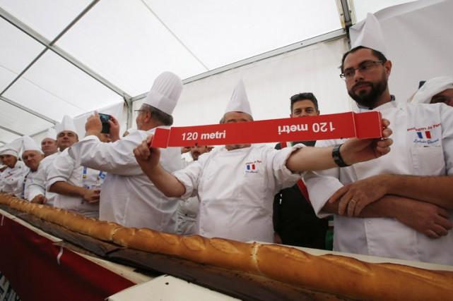 Un juge du Livre Guinness des records a confirmé, dimanche, que la baguette de... (PHOTO AP)