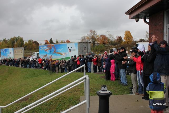 Quelques centaines de personnes ont témoigné leur solidarité... (Photo La Tribune, Yvan Provencher)