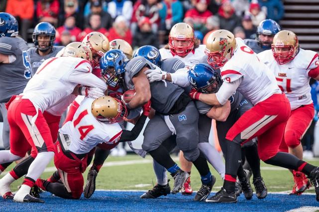 Les footballeurs de l'Université Laval ont accordé 220verges... (- Photo fournie par les Carabins)
