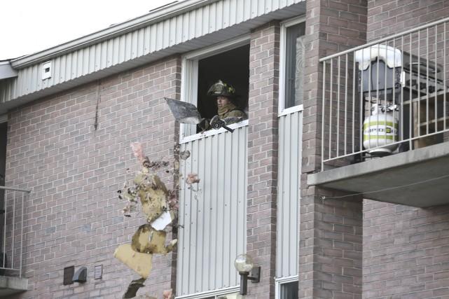 Un incendie a pris naissance dimanche après-midi dans le mur séparant deux... (photo Julie Catudal)