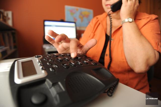 Les fraudeurs appellent des gens en se faisant... (Photo La Tribune, archives)