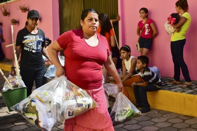 Plusieurs centaines d'habitants ont fui la région de... (PHOTO RONALDO SCHEMIDT, AFP)