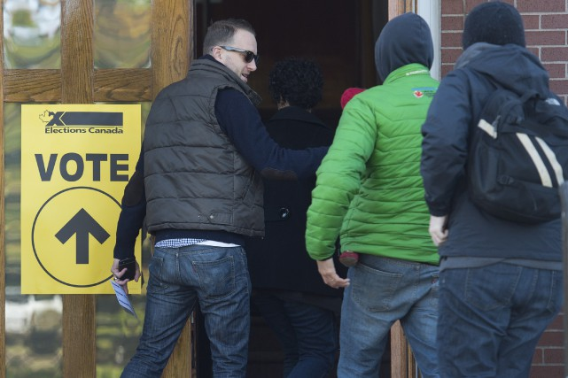 Les électeurs ont commencé à voter lundi matin,... (La Presse Canadienne, Andrew Vaughan)