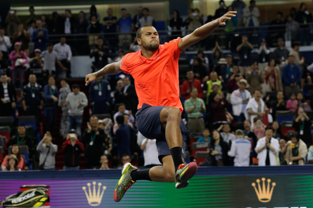 Jo-Wilfried Tsonga a battu Rafael Nadal en demi-finale... (Photo Andy Wong, AP)