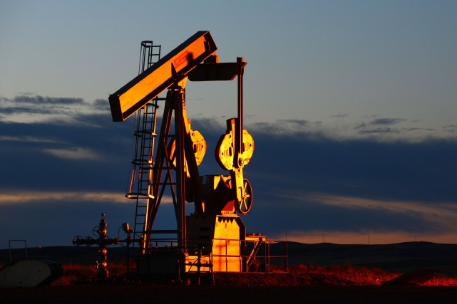 Les cours du pétrole ont encore nettement baissé vendredi à New York, gardant... (PHOTO MATTHEW STAVER, ARCHIVES BLOOMBERG)
