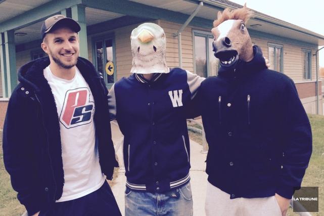 Ces trois étudiants du Saguenay vivent sous le... (La Tribune, Luc Larochelle)