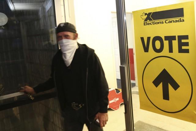 Quelques électeurs ont voté à visage couvert.... (photo Janick Marois)