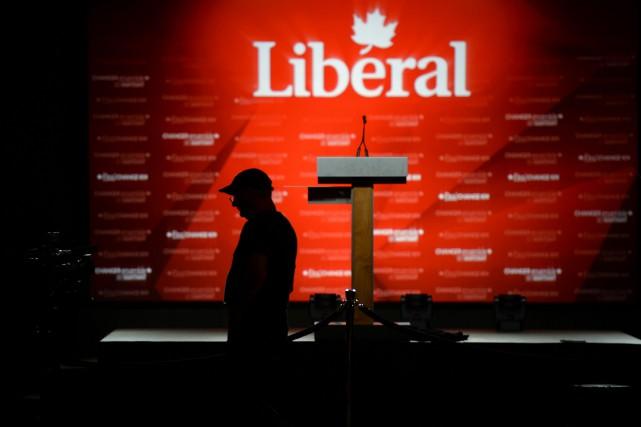 Un caméraman se prépare pour le rassemblement du... (Justin Tang, La Presse Canadienne)