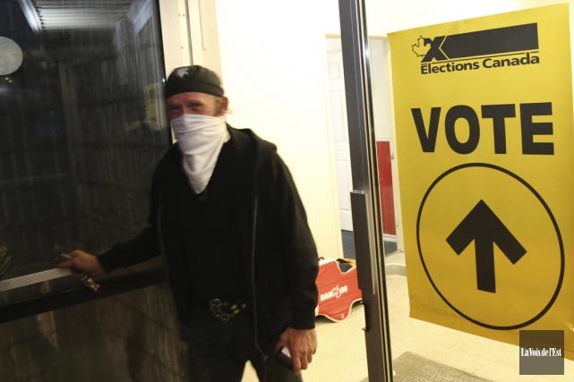 Quelques électeurs ont voté à visage couvert.... (Janick Marois, La Voix de l'Est)