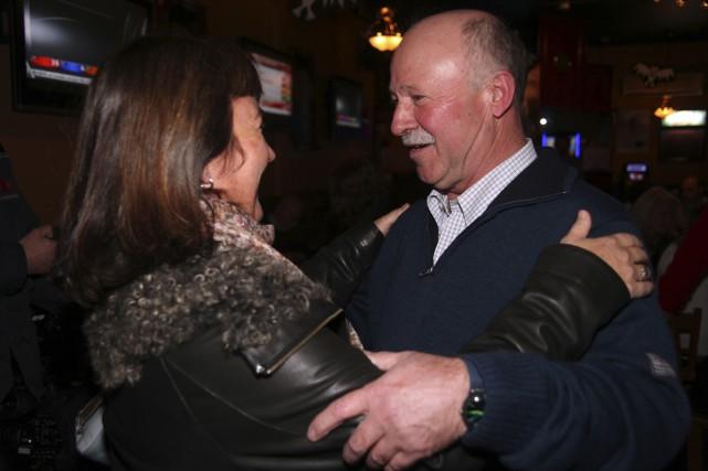 Denis Paradis félicité par la coprésidente de campagne... (photo Christophe Boisseau-Dion)
