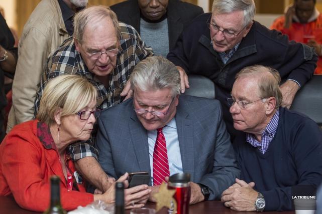 Le candidat libéral Tom Allen (au centre) a... (Imacom, Frédéric Côté)