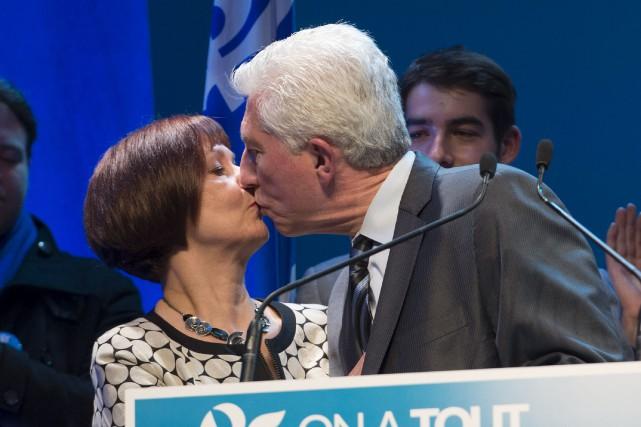 Gilles Duceppe embrasse sa femme Yolande Brunelle à... (La Presse Canadienne, Jacques Boissinot)