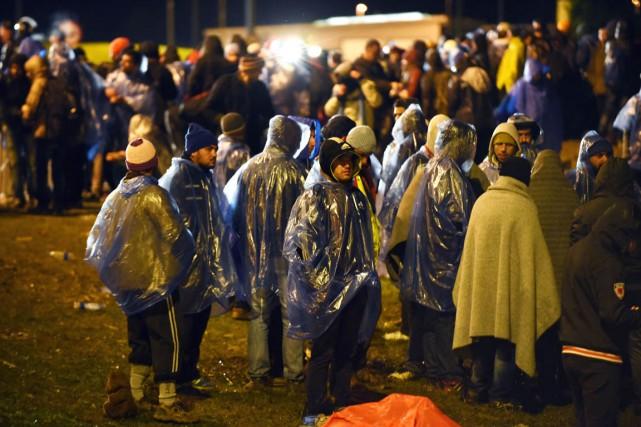 Quelque 200 migrants attendent au poste-frontière de Bregana-Obrezje,... (PHOTO AFP/STRINGER)