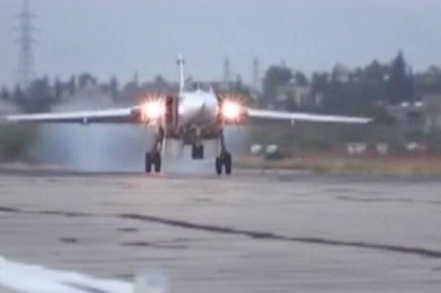 Un SukhoïSu-24 atterrit sur le tarmac de la... (IMAGE ARCHIVES REUTERS/MINISTÈRE RUSSE DE LA DÉFFENSE)