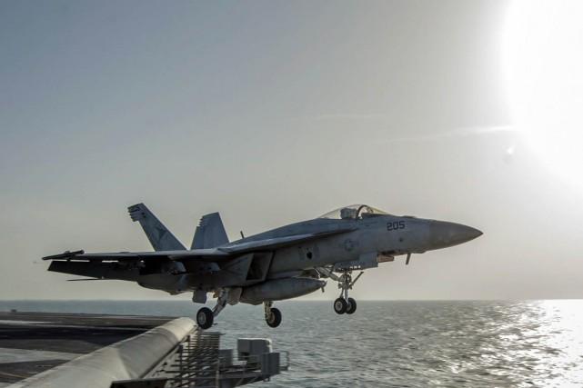 Un jet américain décolle du porte-avions USS Carl... (PHOTO ARCHIVES AP)