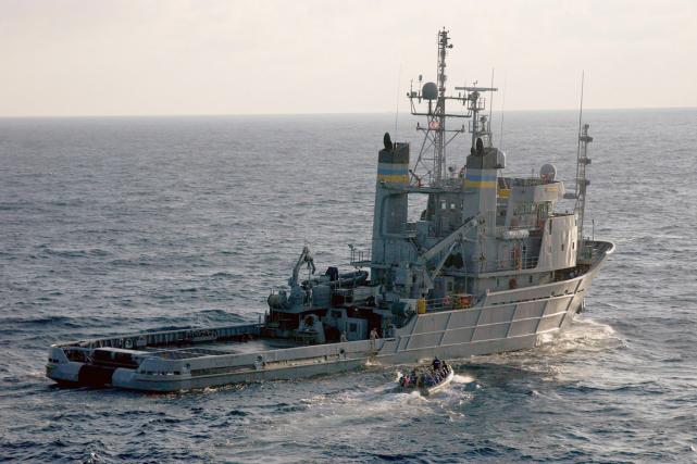 L'Apache transporte des «équipements spécialisés pour cette mission»:... (PHOTO REUTERS/US NAVY)