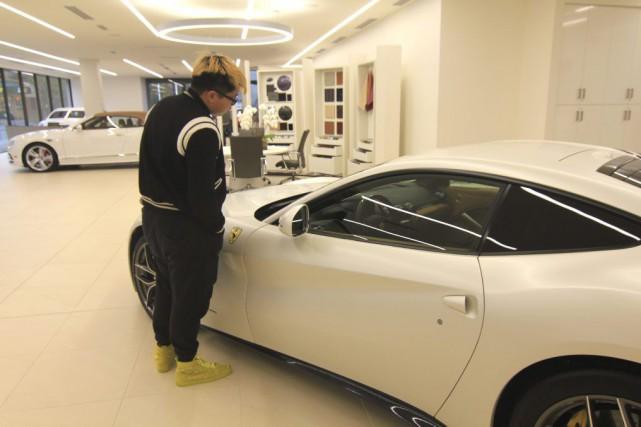 Un client examine une voiture chez un concessionnaire... (Photo Julie Gordon, archives Reuters)