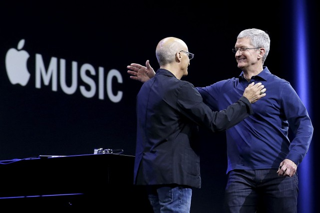 Le patron d'Apple, Tim Cook (à droite), affirme... (Archives, Associated Press)