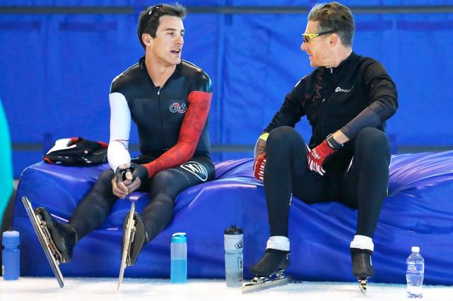 Denny Morrison, à gauche, qui jase ici avec... (La Presse Canadienne, Larry MacDougal)