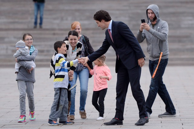 Justin Trudeaua serré des mains sur la colline... (La Presse Canadienne, Sean Kilpatrick)