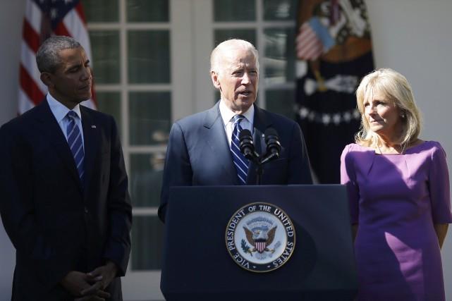 Joe Biden accompagné du président américain Barack Obama... (PHOTO Carlos Barria, Reuters)