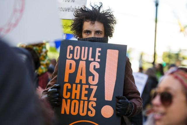 Un manifestant contre le projet de TransCanada, l'automne... (PHOTO D'ARCHIVES, ULYSSE LEMERISE, COLLABORATION SPÉCIALE)